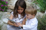 enfants se servant d'une tablette tactile