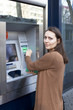 Frau am Geldautomat