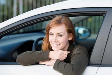 zufriedene frau in ihrem auto