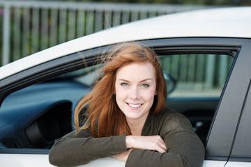 glückliche autofahrerin