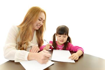 外国人教師と勉強を楽しむ女の子