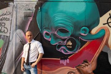 Uomo elegante con murales