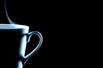 halbe dampfende kaffee tasse vor schwarzem hintergrund