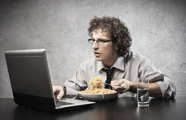 work while eating