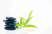 Zwarte evenwichtige zen stenen met lucky bamboo