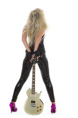 Sexy Blondine von hinten mit E-Gitarre