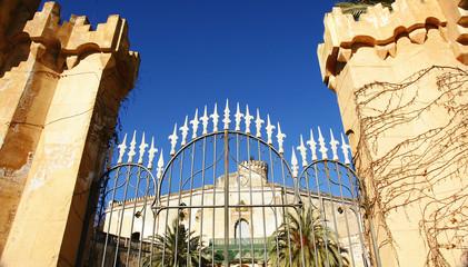 Verja de entrada al palacio del Marqués de Alfarrás