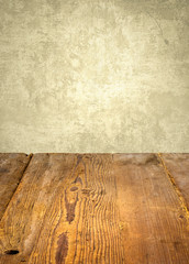 Rustikaler Holztisch vor verwitterter Wand