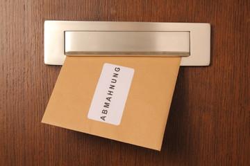 Brief mit Abmahnung im Briefschlitz
