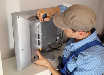 Elektriker repariert TV