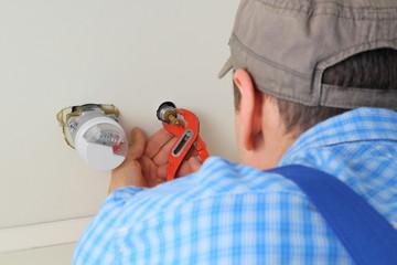 Klempner montiert Wasseranschluss mit Copyspace