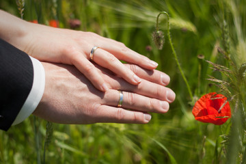 Brautpaar mit Ringen & Mohn