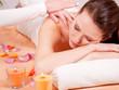 junge frau bei einer rücken nacken massage