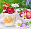 Sommerlicher Frucht-Genuss: Quark, Erdbeeren und Blüten