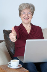 Seniorin mit Computer – Daumen hoch
