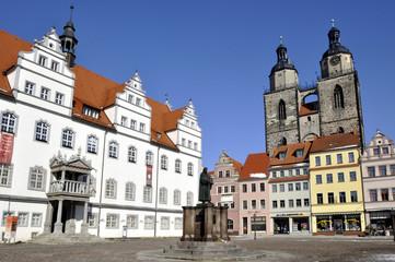 Wittenberg Luther Denkmal mit Rathaus und Stadtkirche