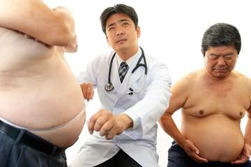 肥満男性を心配する医師