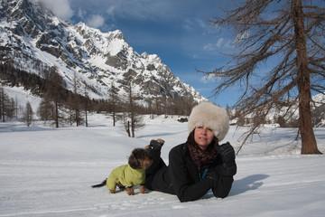 Donna sulla neve con cane