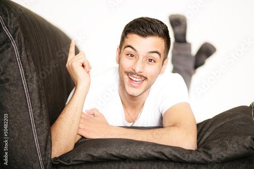junger Mann auf dem Sofa