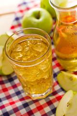 Apfelschorle im Glas mit Eiswürfeln