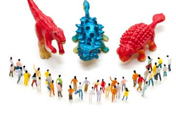 恐竜に立ち向かう人々の集まり