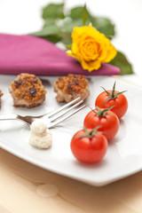 Snack aus Tomaten und Buletten mit Rose dekoriert - verliebt