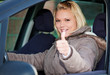 Autofahrerin zeigt Daumen hoch