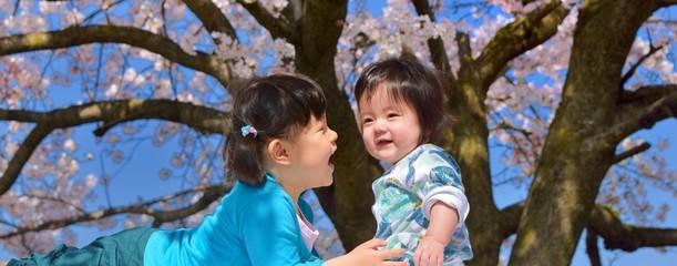 桜咲く春の日の二人