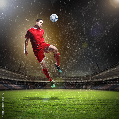 In de dag Voetbal football player striking the ball