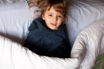 Bimba felice a letto