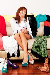 Девушка выбирает обувь для вечеринки