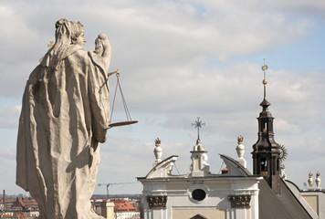 Barokowa rzeźba na tle miasta