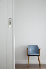 Retro-Stuhl vor weißer Wand