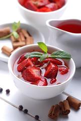 zuppa di fragole con cannella e bacche di ginepro