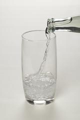Mineralwasser beim Einschenken