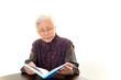読書を楽しむお婆さん
