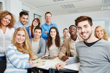 Studenten mit Lehrer und Tablet Computer