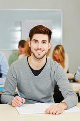 Student lernt im Seminar einer Uni