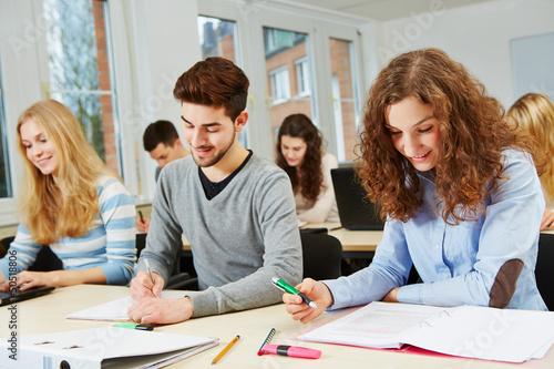 Studenten im Kurs einer Universität beim Lernen