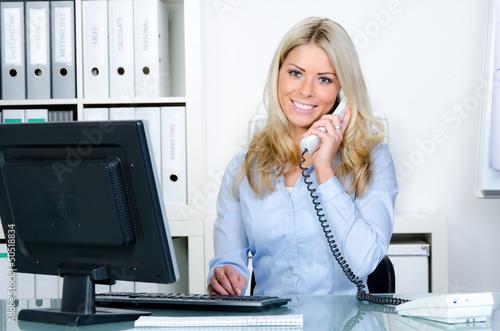 sekretärin berät kunden am telefon