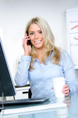 sekretärin telefoniert in ihrer pause