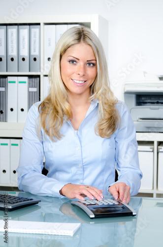 freundliche sekretärin mit taschenrechner