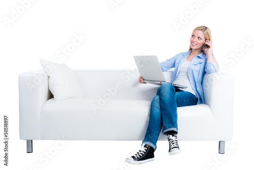 junge frau telefoniert und schaut ins internet