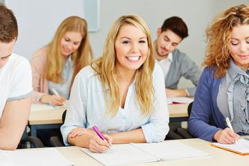 Glückliche Studenten lernen an Fachhochschule