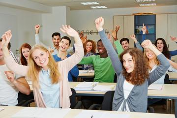 Viele jubelnde Studenten im Seminar