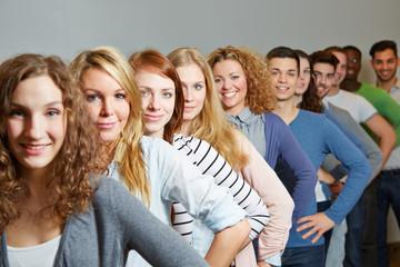 Viele Jugendliche in einer Reihe