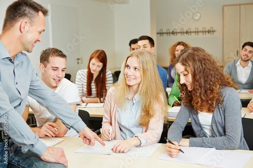 Dozent hilft Studenten im Seminar