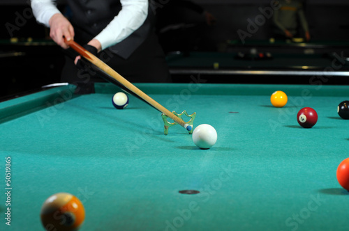 Staande foto person playing snooker in a club