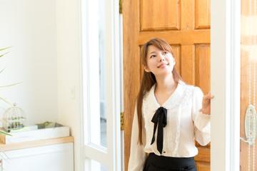 玄関の女性