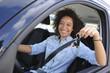 Jeune femme conduisant une voiture